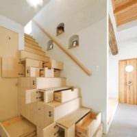 лестница в прихожей с ящиками