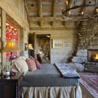 спальня в деревянном доме с камином