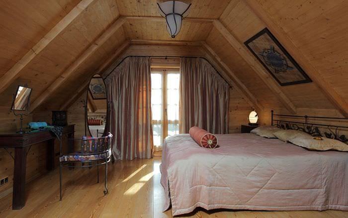 спальня в деревянном доме на чердаке
