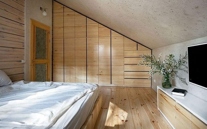 спальня со скошенной крышей