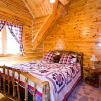 спальня в деревянном доме с занавесками