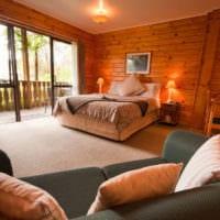спальня в деревянном доме с диваном