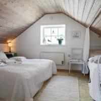спальня в деревянном доме уютная