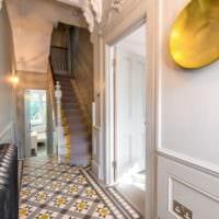 яркая отделка прихожей с лестницей