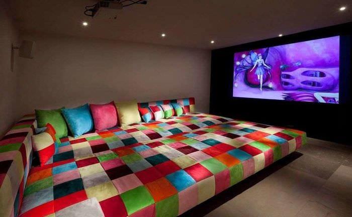 домашний кинотеатр с большим диваном