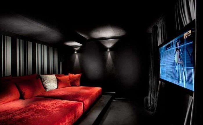 домашний кинотеатр в комнате без окон