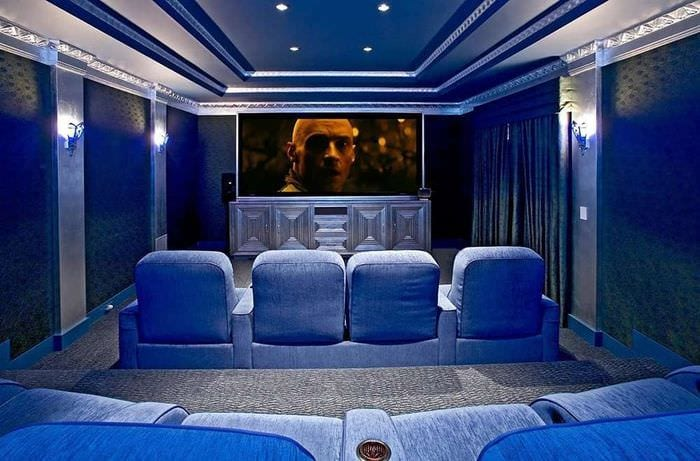 домашний кинотеатр в синем цвете