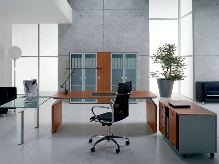 стол в кабинете руководителя