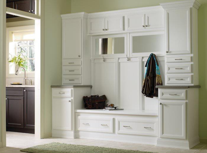 Мебельный гарнитур белого цвета в прихожей