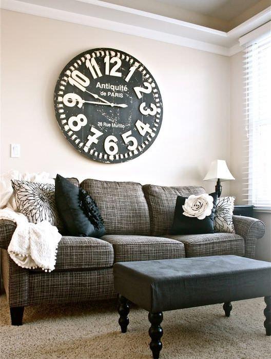 Большие часы над диваном в гостиной