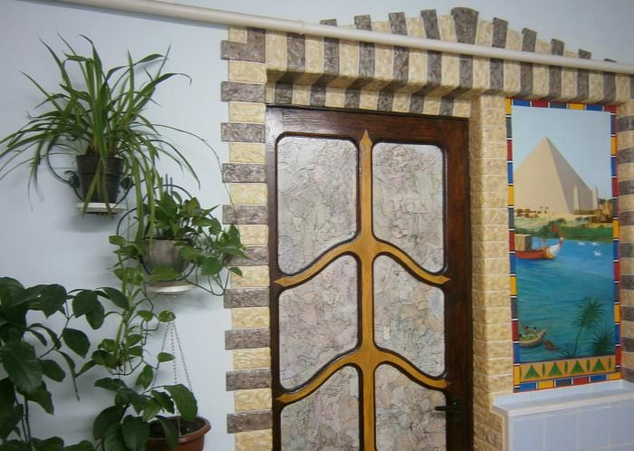Декорирование дверного проема с помощью техники папье-маше