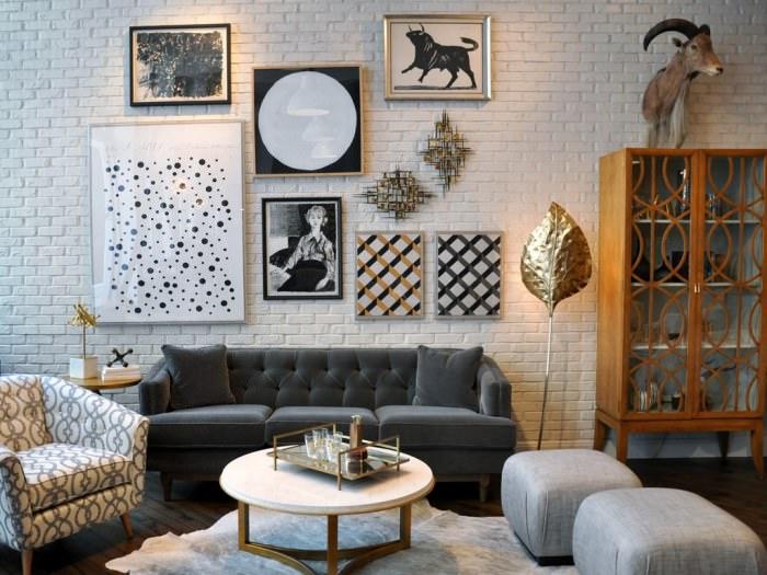 Декорирование кирпичной стены над диваном в гостиной