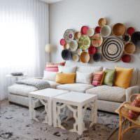 Декорирование стены над диваном тарелками