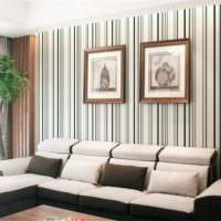Полосатые обои и картины в интерьере гостиной