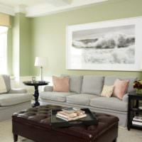 Диван в гостиной и картина на стене