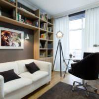 Книжные стеллажи над диваном в гостиной