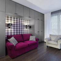 Диван в гостиной между мебельными секциями