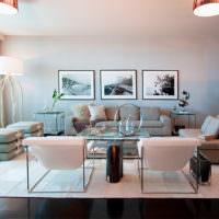 Светлая гостиная с диваном у стены