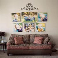 Семейные фотографии над диваном в гостиной