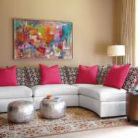 Абстрактная живопись в оформлении стены над диваном