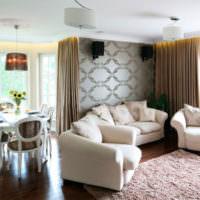 Белый диван и серые обои на стене в гостиной