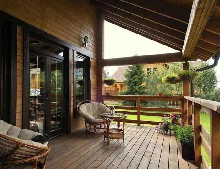 Открытая веранда у деревянного дачного дома