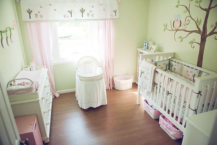 Детская кроватка и люлька в комнате для младенца