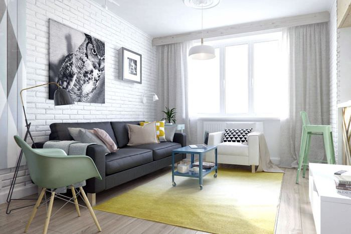 Оформление стены над диваном картинами и постерами