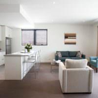 Светлая гостиная, совмещенная с кухней