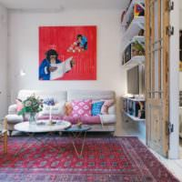 Ковер и картина в интерьере комнаты