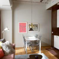 Коллекция подушек на диване и обеденные столик