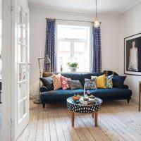 Оригинальный журнальный столик и самодельные подушки на диване