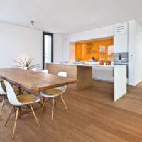 Столешница из массива дерева и натуральный паркет в гостиной