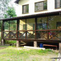 Пристроенная к дачному дому открытая терраса