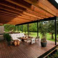 Открытая терраса с деревянным полом на даче