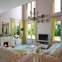 Гостиная с высокими потолками в стиле прованс