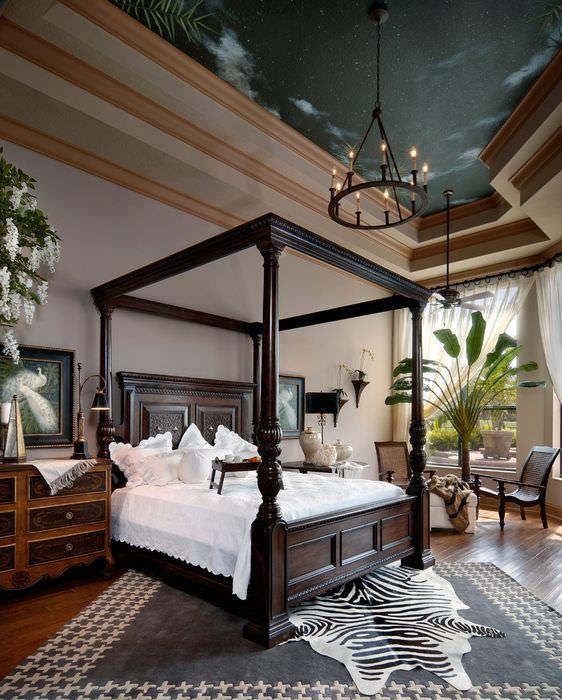 Фотообои на потолке спальни в классическом стиле