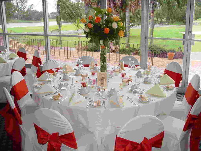 Стол для гостей с букетом живых цветов