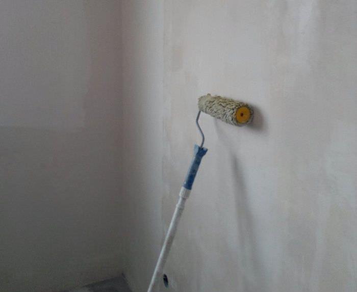 Грунтовка стены перед отделкой декоративным камнем