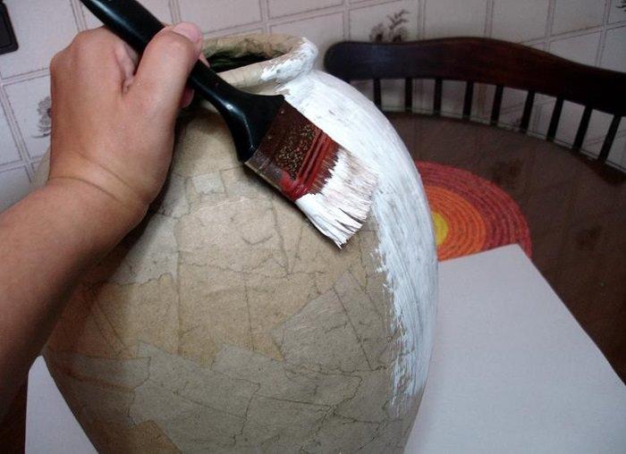 Грунтовка самодельной вазы из папье-маше