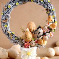 Пасхальный венок с яйцами в крапинку