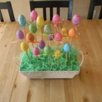 Крашенные яйца на подставках к Пасхе