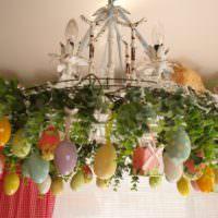 Оформление люстры крашенками к празднику Пасхи