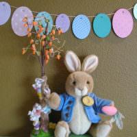 Пасхальный заяц с цветущей веткой