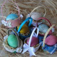Миниатюрные корзинки с пасхальными яйцами своими руками