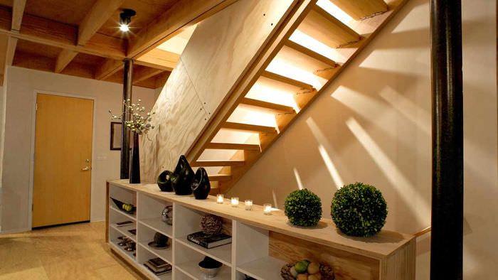 вариант красивого интерьера лестницы в честном доме