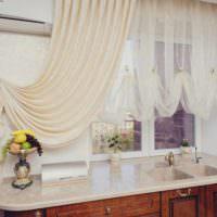 пример необычного интерьера окна на кухне картинка