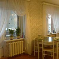 вариант яркого дизайна окна на кухне фото