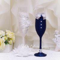 идея светлого оформления стиля свадебных бокалов картинка