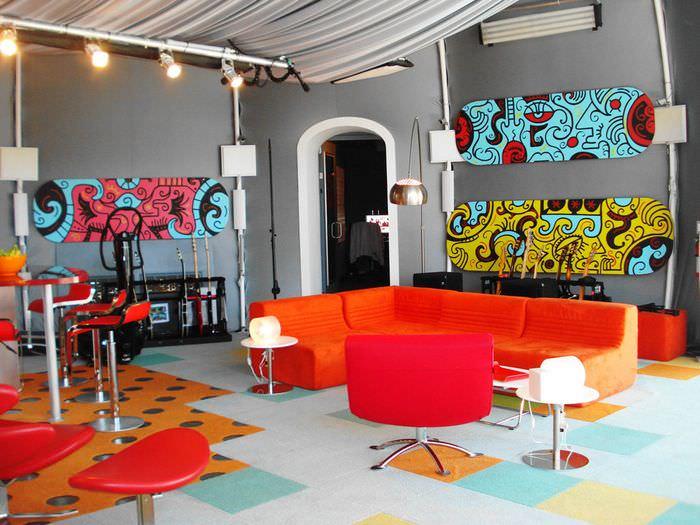 пример светлого интерьера комнаты в стиле поп арт